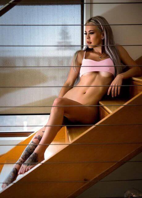 billie-bee-topless-waitress15